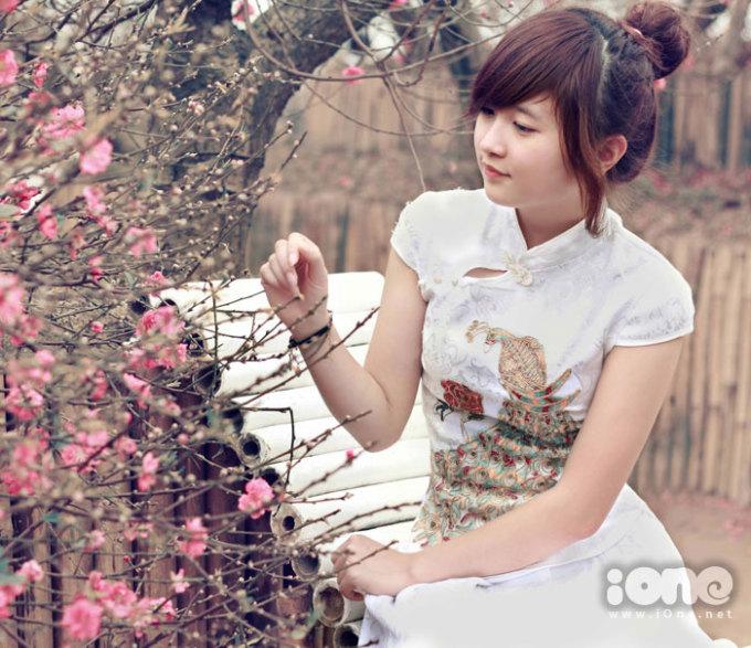 Gái xinh đổ bộ vườn đào Nhật Tân