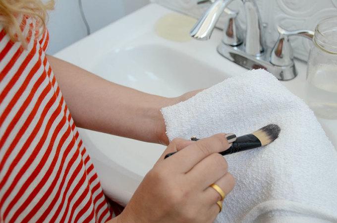 """<div style=""""text-align: center;""""> <strong>Bước 5:</strong><br /> <br /> Cuối cùng, thấm nước bằng khăn bông sạch và để nơi khô ráo cho tự khô là được rồi.</div>"""