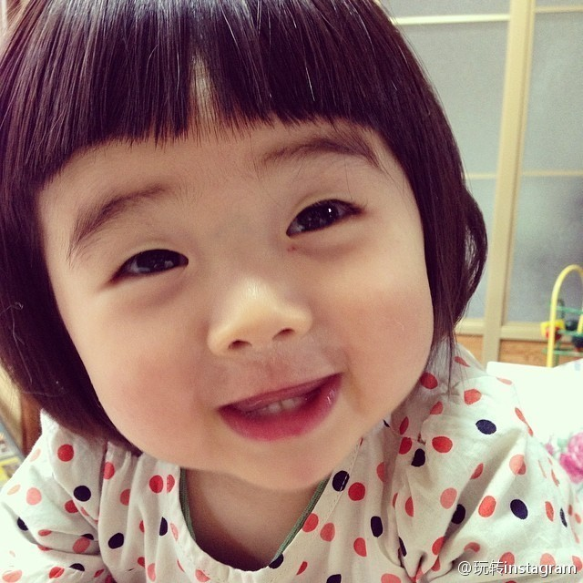 """<p class=""""Normal""""> Cô bé Yakankun đến từ xứ hoa anh đào, có đôi mắt một mí híp thành hai sợi chỉ khi cười toe toét. Những bức ảnh cực dễ thương của Yakankun được bố cập nhật thường xuyên trên Instagram, khiến cô nhóc trở nên nổi tiếng trên mạng xã hội.</p>"""