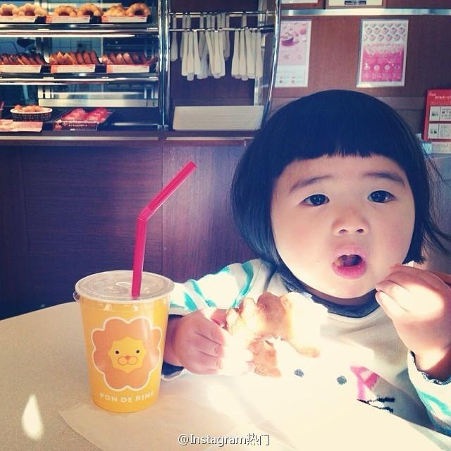 """<p class=""""Normal""""> Cũng có kiểu tóc úp nồi, mái bằng ngộ nghĩnh như cô bé làm mặt xấu <a href=""""https://ione.net/tin-tuc/nhip-song/guong-mat/cuoi-ngat-voi-1001-kieu-mat-xau-cua-be-gai-4-tuoi-2975199.html"""">Aries Shirayuki</a>, nhưng cộng đồng mạng lại bị Yakankun """"đốn gục"""" bởi những khoảnh khắc ăn, ăn và ăn của cô nhóc.</p>"""
