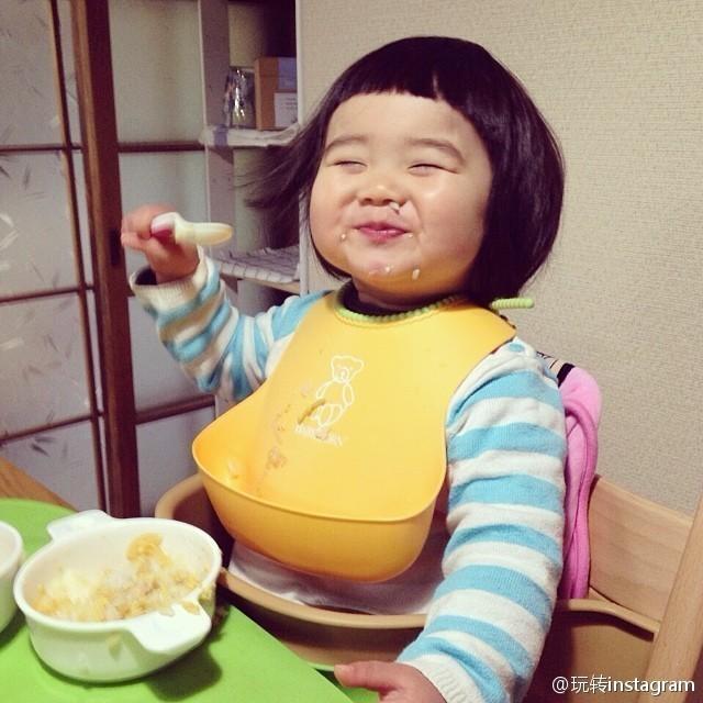 """<p class=""""Normal""""> Vẻ mặt hạnh phúc tràn đầy khi ăn no uống đủ của cô bé cực kỳ dễ thương.</p>"""