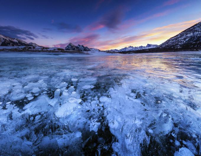 <p> 1. Hồ Abraham ở miền tây của tỉnh Alberta, Canada, có màu xanh đặc biệt được tạo ra bởi bột băng trong dãy núi Rocky.</p>