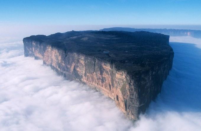 """<p class=""""Normal""""> 13. Với chiều cao 2.772 m, Roraima là ngọn núi đỉnh bằng cao nhất, rất nổi tiếng và thu hút nhiều khách tham quan, được Venezuela, Brazil và Guyana chia sẻ.</p>"""