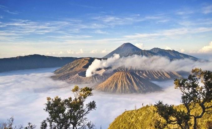 <p> 15. Vùng núi lửa Bromo ở East Java, Indonesia, lững lờ mây khói bao quanh như ảo cảnh.</p>