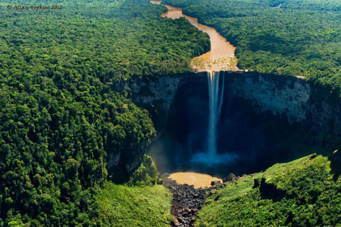 <p> 16. Thác Kaieteur trên sông Potaro ở Essequibo, Guyana, có chiều cao trung bình 226 m, nổi trội hơn các con thác khác bởi địa hình độc đáo.</p>