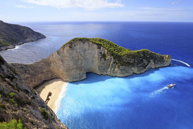 """<p class=""""Normal""""> 17. Bãi biển Navagio và hang động Blue ở đảo Zakynthos, Hy Lạp.</p>"""