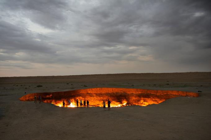 """<p> 3. Door to Hell hay """"Cửa vào địa ngục"""" là một mỏ khí thiên nhiên ở Derweze, tỉnh Ahal, Turkmenistan. Ánh lửa đỏ rực ở nơi đây được đốt cháy liên tục từ khi các nhà địa chất Liên Xô châm lửa vào năm 1971 để tránh khí rò rỉ.</p>"""