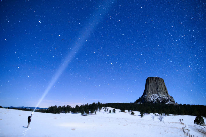 """<p class=""""Normal""""> 6. Devil's Tower (Tháp Quỷ), nằm ở phía Đông Bắc bang Wyoming (Mỹ), là một núi đá bazan khổng lồ cao khoảng 380 m, không có ngọn, được hình thành khoảng 65 triệu năm trước bởi các hoạt động của núi lửa. Tháp Quỷ là một trong những địa điểm du lịch mạo hiểm nổi tiếng thế giới.</p>"""