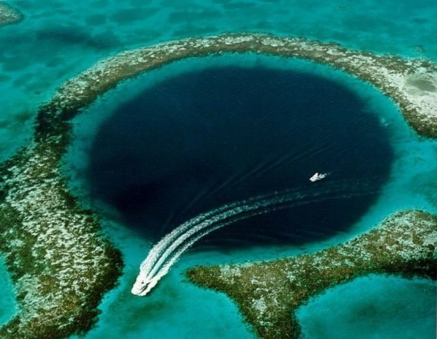 """<p class=""""Normal""""> 8. Great Blue Hole ở Belize là một hố tròn ngầm rộng 330 m và sâu 120 m, được hình thành như một hệ thống hang động đá vôi trong những năm cuối của kỳ băng hà.</p>"""