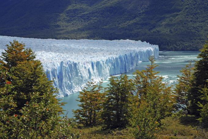 <p> 9. Perito Moreno Glacier là một khối đá băng khổng lồ ở miền Tây Nam tỉnh Santa Cruz, Argentina.</p>