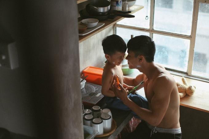 Bộ ảnh ông bố 6 múi bên con trai 3 tuổi tinh nghịch