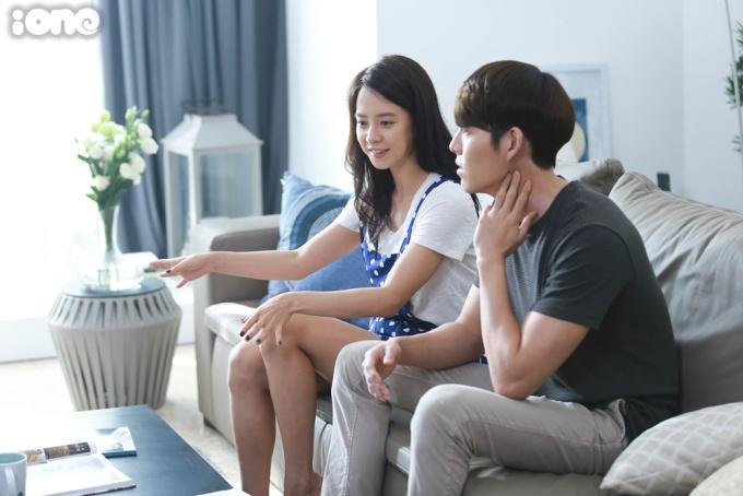 <p> Song Ji Hyo và Kim Woo Bin thảo luận kịch bản cùng ekip trước khi bắt đầu cảnh quay.</p>