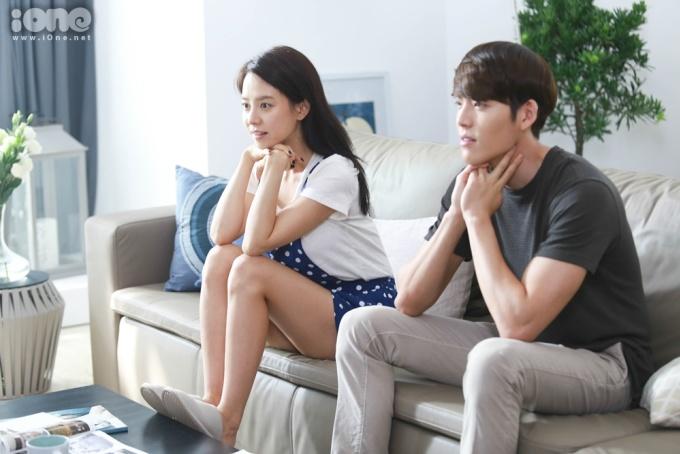 <p> Song Ji Hyo thoải mái gác chân lên bàn.</p>
