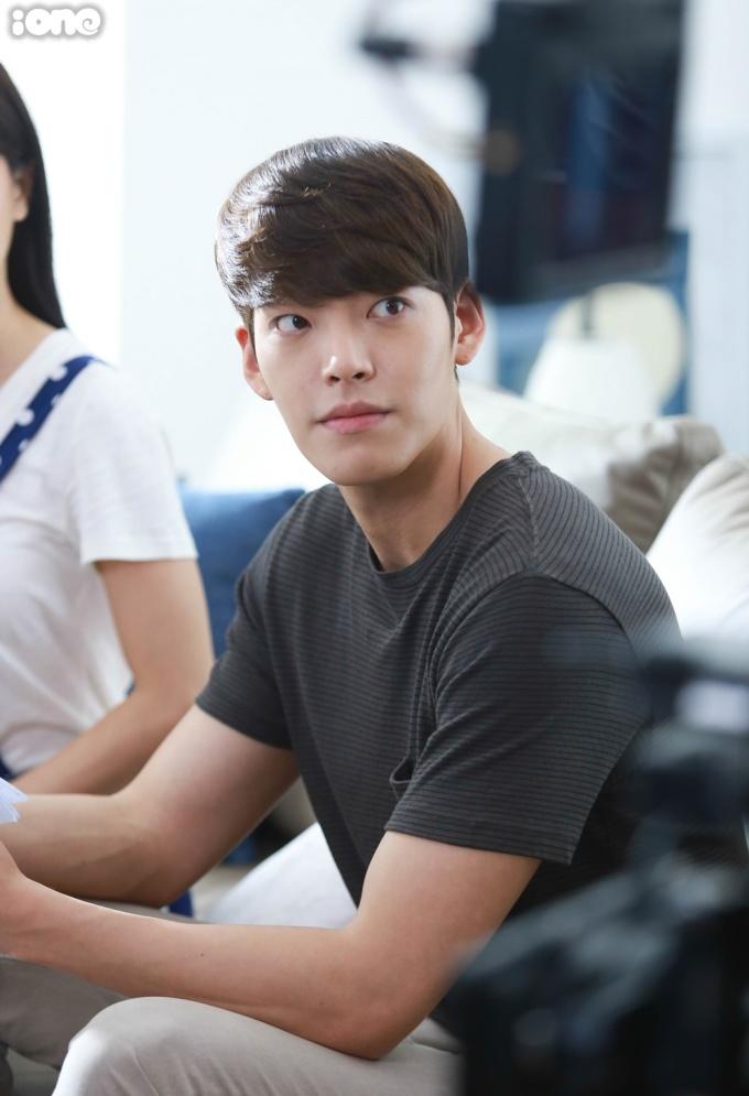Song Ji Hyo ngủ gục khi đang quay phim cùng Kim Woo Bin