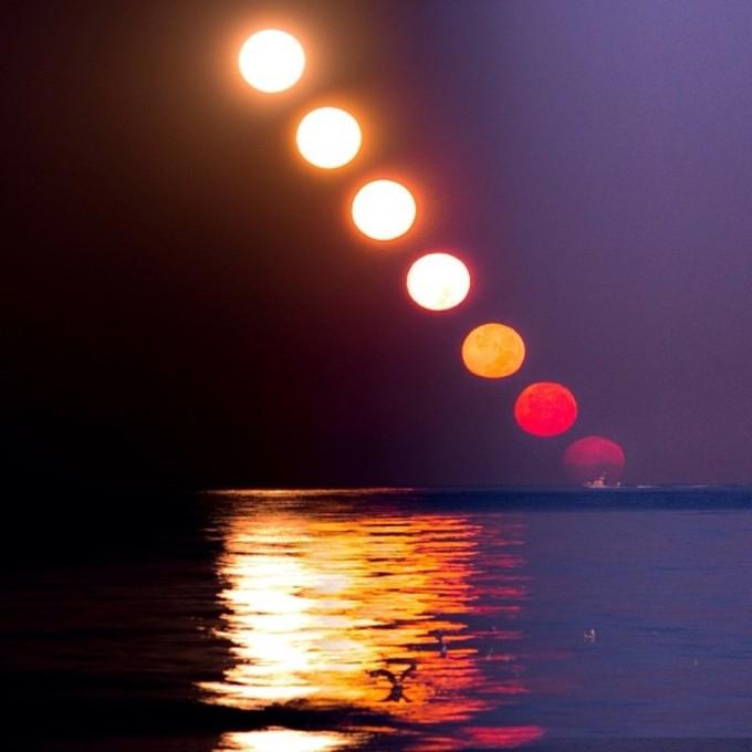 <p> Mặt trăng lặn và mặt trời lên ở bãi biển Dockweiler State.</p>