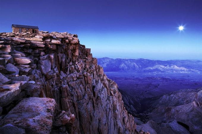 <p> Mặt trăng lên ở núi Whitney, California. Ảnh: <em>Nolan Nitschke</em></p>