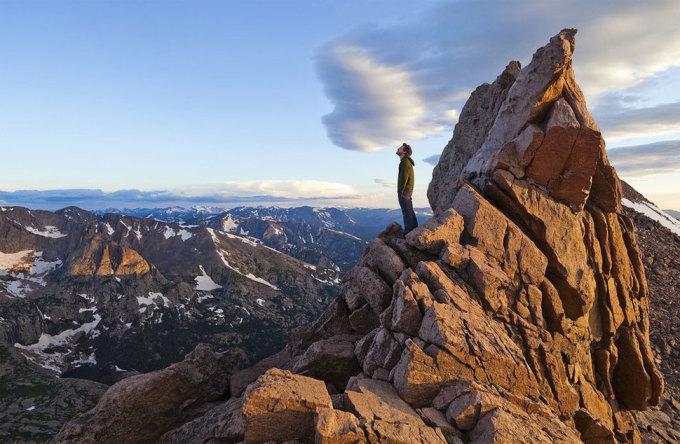 <p> Hòa mình giữa muôn trùng núi non trên đỉnh Longs, vườn quốc gia núi Rocky, Colorado. Ảnh: <em>Ethan Welty</em></p>