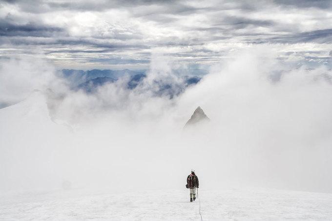 <p> Dẫn đoàn leo đỉnh Pyramid trên núi Sahale, Washington. Ảnh: <em>Ethan Welty</em></p>