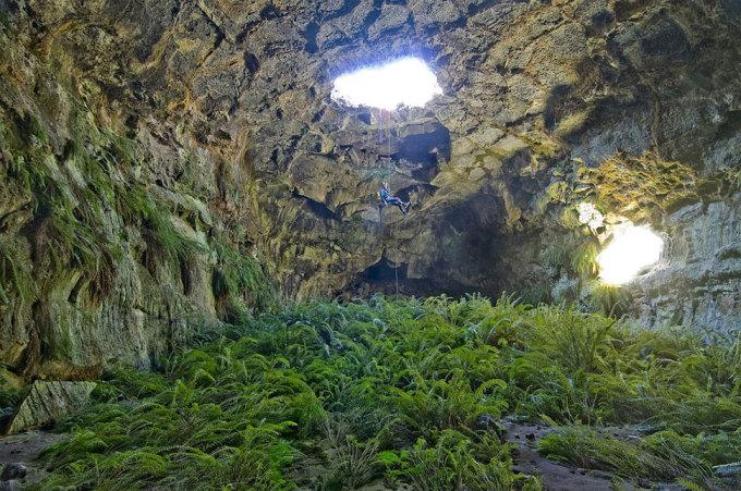 """<p class=""""Normal""""> Khám phá động Fossil kỳ diệu ở khu bảo tồn hoang dã Lava Beds, California. Ảnh: <em>David E. Bunnell</em></p>"""