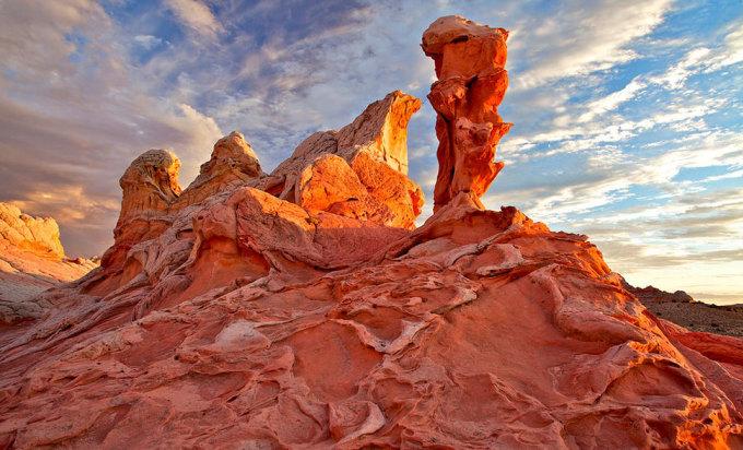 <p> White Pocket, những đụn cát xoắn đã hóa đá có màu sắc rực rỡ ở Paria Canyon, Arizona. Ảnh: <em>Richard Ansley</em></p>