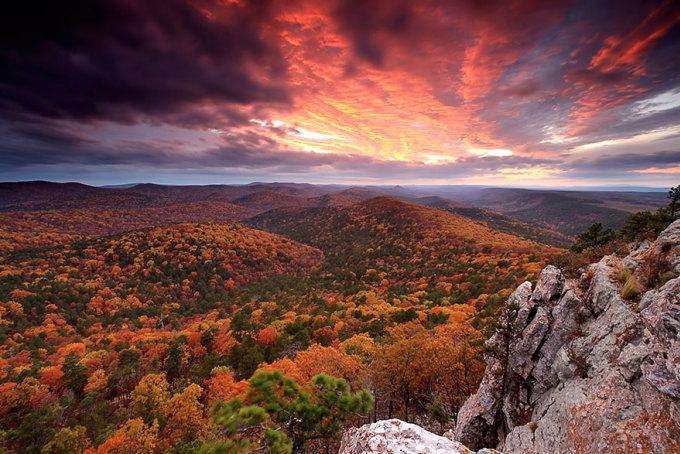 <p> Sắc thu trải khắp dải núi, hòa cùng sắc trời ở rừng quốc gia Ouachita, Arkansas. Ảnh: <em>Laura Vu</em></p>
