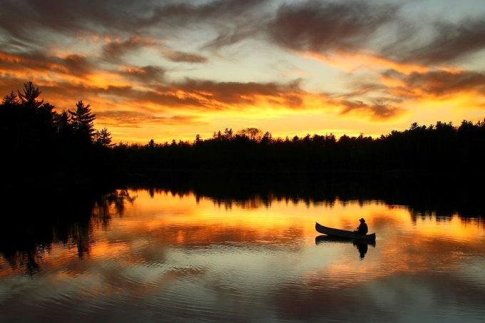 <p> Chèo thuyền ngắm mặt trời lặn ở khu bảo tồn tự nhiên Boundary Waters Canoe, Minnesota. Ảnh: <em>Dawn M. LaPoint</em></p>