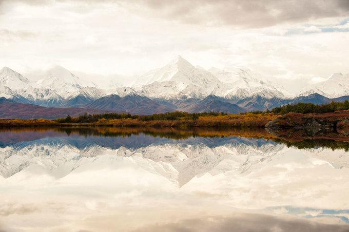 """<p class=""""Normal""""> Đỉnh Alaska phủ trắng tuyết được phản chiếu trong hồ nước trên lãnh nguyên hoang sơ. Ảnh: <em>Tim Aiken</em></p>"""