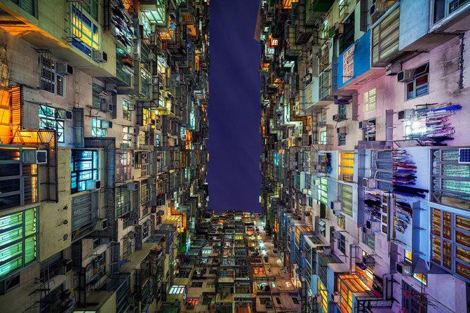 <p> Peter Stewart, một nhiếp ảnh gia du lịch người Australia, đã tìm thấy một cách tuyệt vời để lột tả vẻ đẹp của những tòa nhà chung cư cao tầng ở Hong Kong. Anh chụp lại một vài cảnh đặc sắc nhất ở Hong Kong rồi biến chúng thành hình ảnh đối lập như mê cung choáng ngợp sắc màu và ánh sáng.</p>