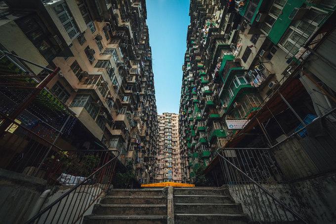 """<p class=""""Normal""""> """"Tôi cố gắng tìm kiếm vẻ đẹp trong sự đơn điệu, từ những kiến trúc đơn điệu hàng ngày chúng ta vẫn bỏ qua"""", nhiếp ảnh gia Peter Stewart chia sẻ. (Những tòa nhà Yick Cheong chụp vào ban ngày).</p>"""
