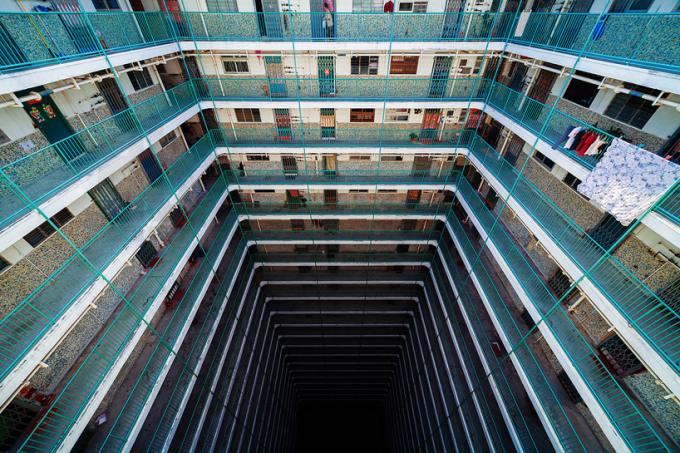 <p> Tòa Oi Man ở Ho Man Tin, Kowloon nhìn từ ban công phía trên xuống.</p>