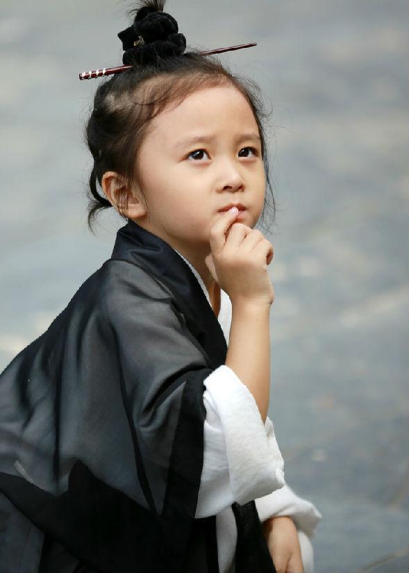 """<p> Danh tính và thông tin về cô bé được gọi là """"tiểu đạo cô dễ thương nhất Trung Quốc"""" vẫn đang được cộng đồng mạng xứ này săn lùng.</p>"""