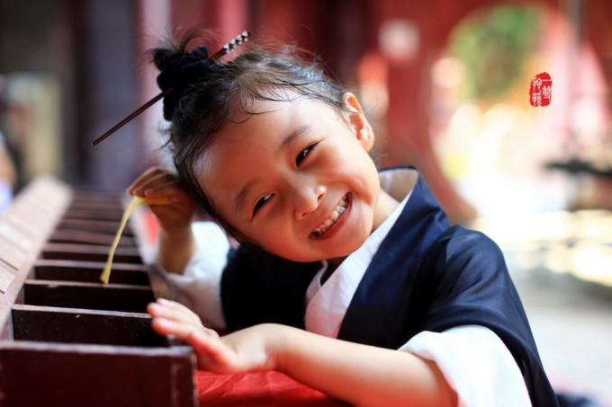 <p> Hình ảnh cô bé chăm chú học đàn, đánh cờ, luyện võ với sư phụ, khi lại cười toe cực dễ thương chiếm được cảm tình của bao cư dân mạng.</p>