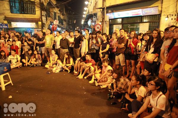 <p> Người xem phải đứng hoặc ngồi bệt xuống đường nhưng ai cũng hào hứng lắng nghe từng màn biểu diễn.</p>
