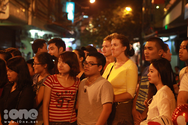 <p> Nhiều người nước ngoài cũng thích thú với những màn biểu diễn ngẫu hứng đậm chất đường phố này.</p>