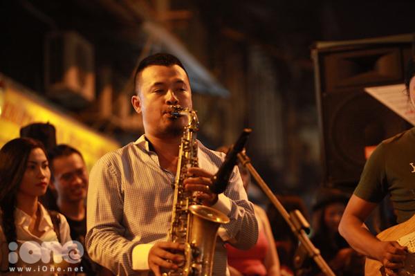"""<p> Nghệ sĩ Saxophone Lê Duy Mạnh - Giảng viên trẻ chuyên ngành Saxophone khoa Jazz Học Viện Âm Nhạc Quốc Gia Việt Nam - chia sẻ: """"Việc đưa âm nhạc đến với đường phố, đến với các bạn trẻ thế này mang lại những nguồn cảm hứng mới , người nghệ sĩ dễ thăng hoa theo từng cảm xúc hơn"""".</p>"""