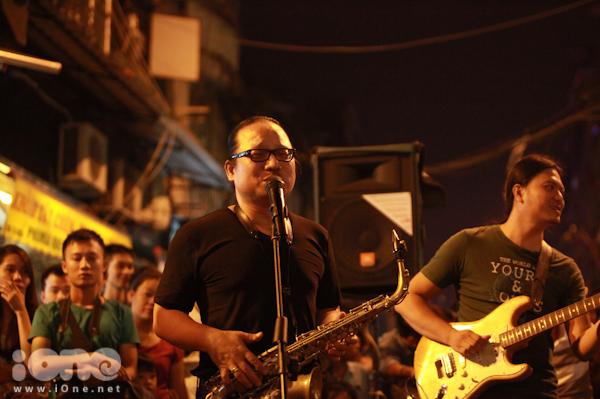 """<p> Nghệ sĩ saxophone Trần Mạnh Tuấn cũng """"từ bỏ"""" sân khấu hào nhoáng để phiêu theo """"tiếng gọi nơi đường phố"""".</p>"""