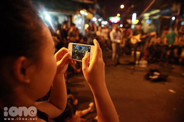 """<p> Bạn Thu Dương (Đaị học Hà Nội) đang quay lại cảnh ban nhạc đang chơi bản nhạc """"<em>Love the way you lie""""</em> do mình yêu cầu.</p>"""