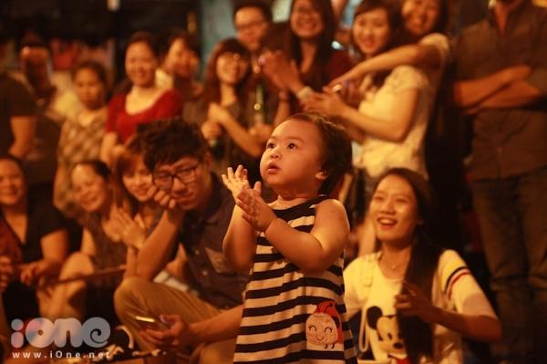 <p> Một em bé cũng ra nhún nhảy theo điệu nhạc làm cả khán giả và ban nhạc phì cười thích thú.</p>