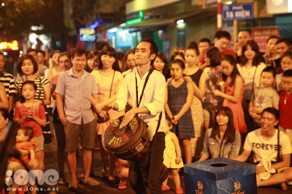 <p> Ban nhạc đường phố này được thành lập bởi các thành viên của Học viện âm nhạc quốc gia Việt Nam. Họ đi dọc các tuyến phố đi bộ để biểu diễn cho mọi người theo ngẫu hứng, hay yêu cầu từ chính khán giả.</p>