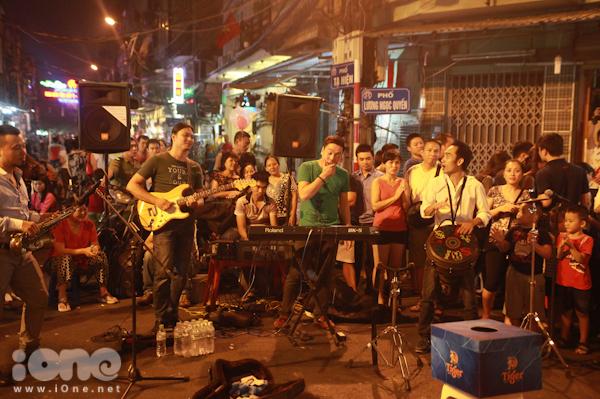 <p> Sau khi 6 tuyến phố Hàng Buồm - Mã Mây - Hàng Giầy - Lương Ngọc Quyến - Tạ Hiện - Đào Duy Từ chính thức trở thành tuyến phố đi bộ, nhiều hoạt động nghệ thuật diễn ra trên khắp các con phố này như vẽ tranh, chầu văn... Nhưng sôi nổi, hào hứng và thu hút các bạn trẻ nhất là Mix band - ban nhạc biểu diễn nhạc sống giữa đường.</p>