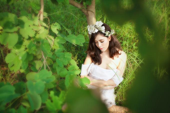 <p> Diện chiếc váy vai trần trễ nải, hot girl Hà thành làm thiên thần gợi cảm giữa rừng cây.</p>