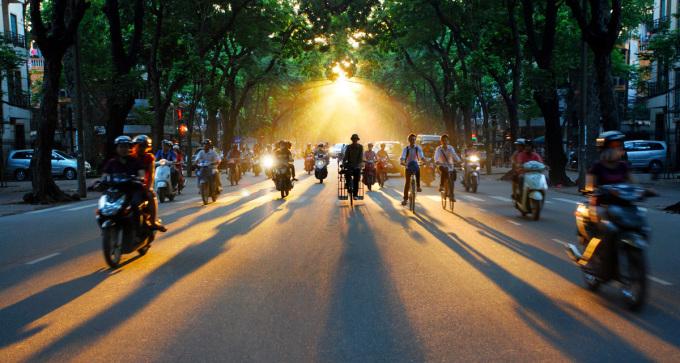 """<p class=""""Normal""""> Nắng thu nhuộm vàng con đường, góc phố. Bước đi của mùa thu khẽ khàng như một làn sương khói đưa mùa về dọc khắp phố.</p>"""