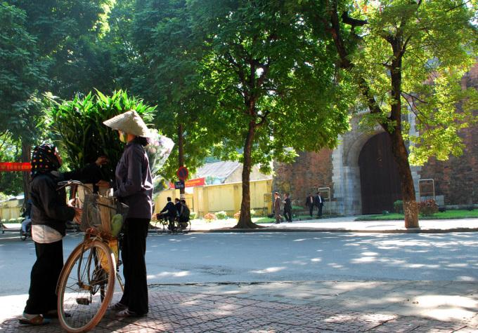 """<p class=""""Normal""""> Là con đường đẹp bậc nhất ở Hà Nội, đường Phan Đình Phùng thu hút rất đông khách du lịch tham quan. Đến đây, họ không chỉ được chiêm ngưỡng những công trình lịch sử như Bắc Môn, các biệt thự Pháp cổ mà còn được chìm đắm trong một không gian xanh mát.</p>"""