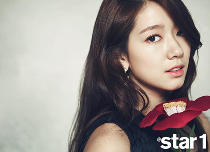 <p> Không kém cạnh đàn chị, Park Shin Hye cũng lên bìa Star 1 với vẻ ngoài hút hồn không kém.</p>