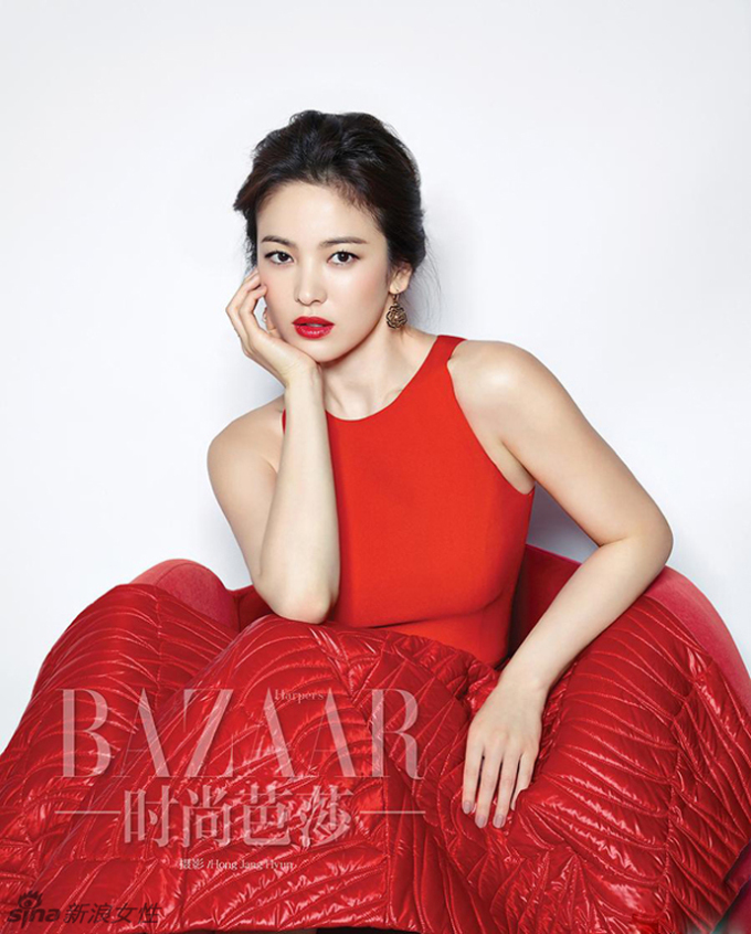 <p> Diện những bộ váy sang trọng của Dior, Valentino... Song Hye Kyo khoe nhan sắc long lanh và trẻ trung so với tuổi.</p>