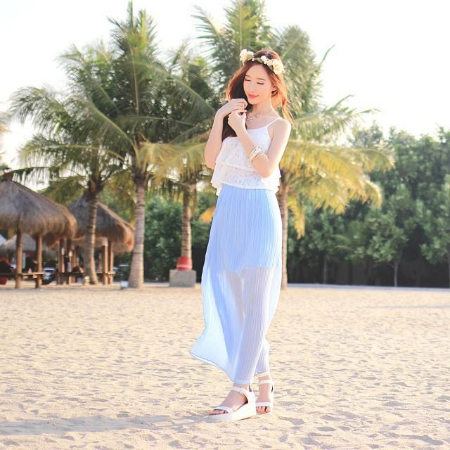 <p> Elle xinh như nàng thơ trên bãi biển.</p>