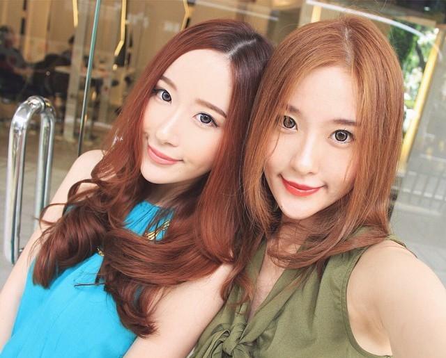 """<p class=""""Normal""""> Jess (phải) cao hơn chị Elle 2cm và có một nốt ruồi nhỏ trên cằm, có thể phân biệt hai chị em dễ dàng hơn khi họ chụp ảnh chung.</p>"""