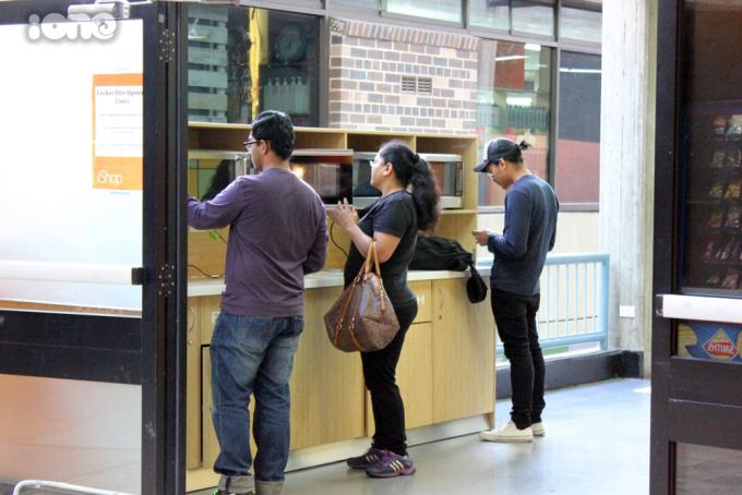 """<p> <span style=""""line-height:20px;"""">Trường có bố trí những lò vi sóng để cho học sinh có thể hâm đồ ăn từ nhà mang theo.</span></p>"""