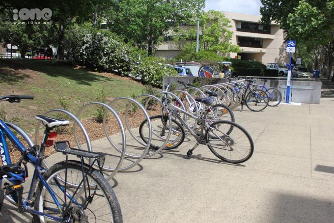 """<p> <span style=""""line-height:20px;"""">Trong trường có khá nhiều khu vực để sinh viên để xe. Bên cạnh đó các dụng cụ dùng để sửa xe cũng được nhà trường cung cấp miễn phí tại chỗ.</span></p>"""