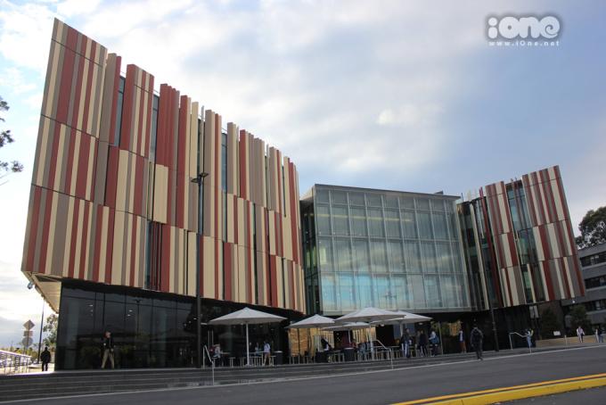 <p> Điểm nổi bật và ấn tượng nhất tại ngôi trường tớ đang theo học chính là khu vực thư viện.Thư viện trường Macquarie được đầu tư với 5 tầng học, đầy đủ các cở sở vật chất đáp ứng nhu cầu học tập của sinh viên. Đây cũng là thư viện lớn nhất Bắc Úc.</p>